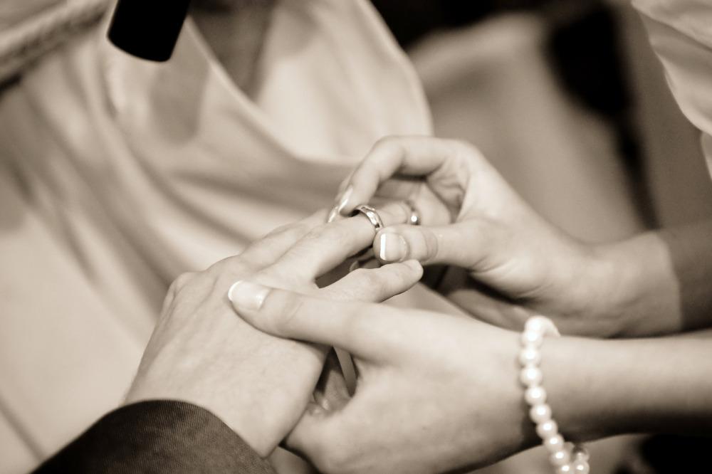 Kirchliche Trauung - Ringe werden ausgetauscht